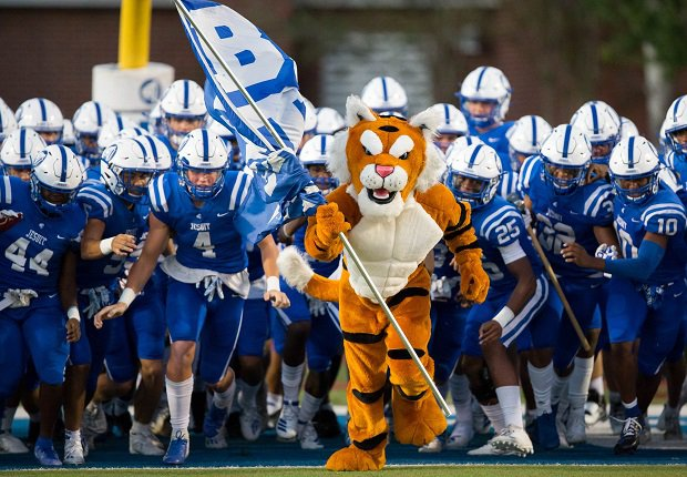 Jesuit pulled off the upset of the young season Friday, beating No. 22 St. Thomas Aquinas 24-21 to jump into the MaxPreps Top 25 rankings.