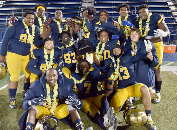 St. Thomas Aquinas celebrates its 2019 Geico victory over St. Louis (Honolulu).