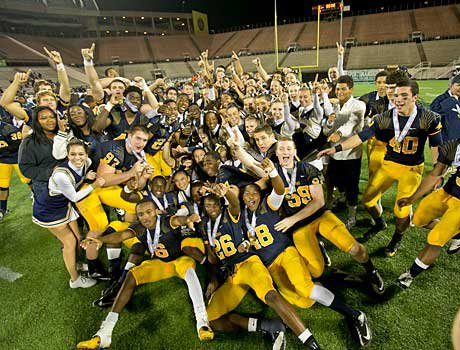 St. Thomas Aquinas celebrates its victory over Lincoln in the Class 7A title game.