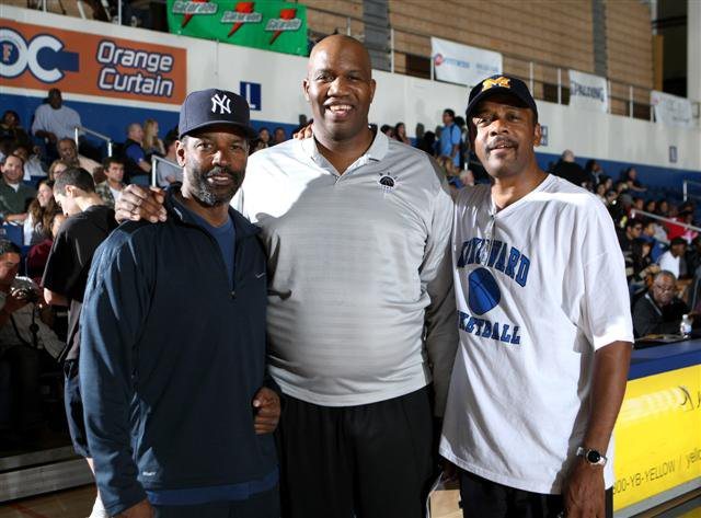 Denzel Washington poses with the dads of Anthony Stover (center) and Darius Morris after regional title.