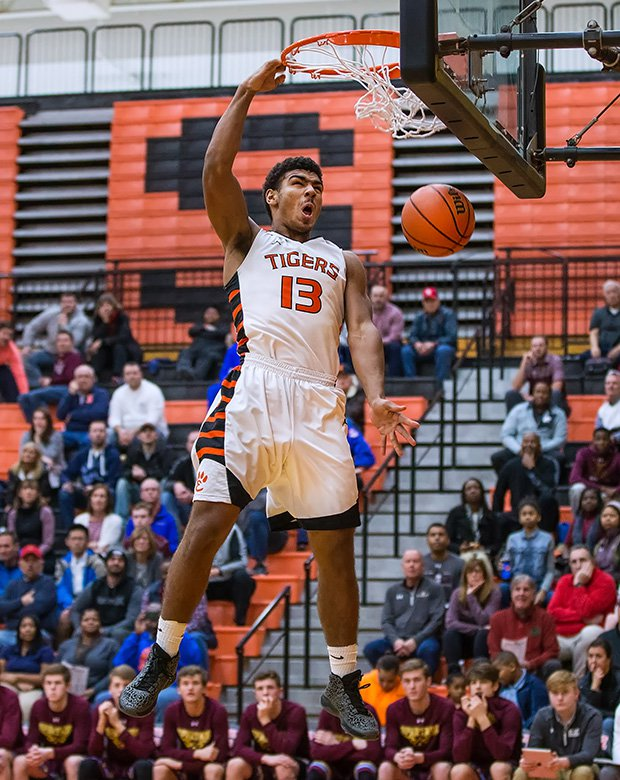 Mark Smith of Edwardsville (III.) finishes a one-handed dunk during a game against DeSmet Jesuit.